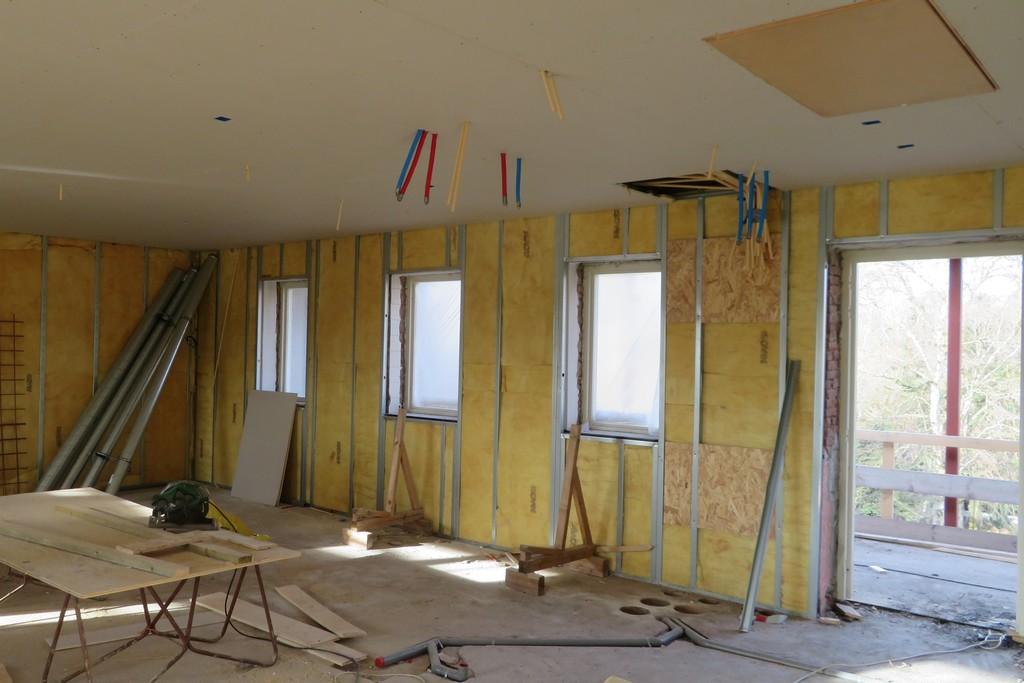 plafonds en wandisolatie aangebracht, evenals de wateraansluitingen van keuken en badkamer