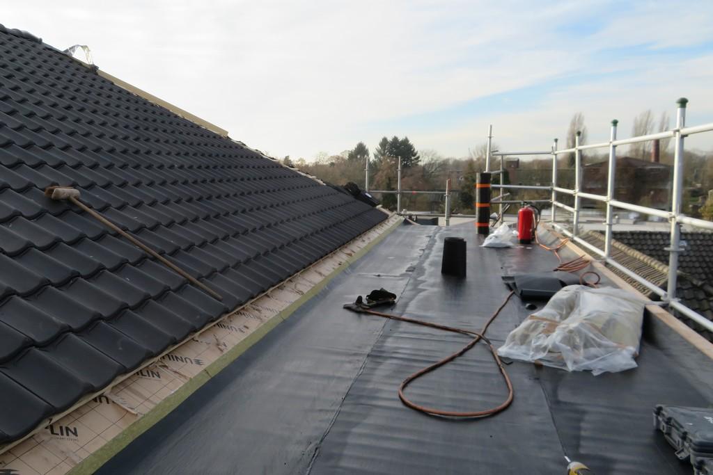 het platdak van de galerij is geisoleerd en wordt voorbereid voor het aanbrengen van dakbedekking