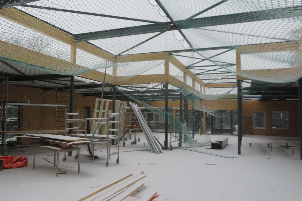 het gebouw is gedeeltelijk met dakplaten bedekt