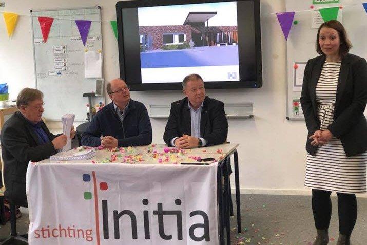 Dhr. Max Verhoeven namens Stichting Initia (r) en dhr. Van Gageldonk (m) tekenen de overeenkomst in het bijzijn van onderwijswethouder Bea van Beers en architect Kees Jacobs (l).