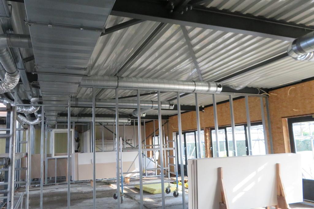de binnenwanden worden geplaatst en het ventilatiesysteem wordt geinstalleerd