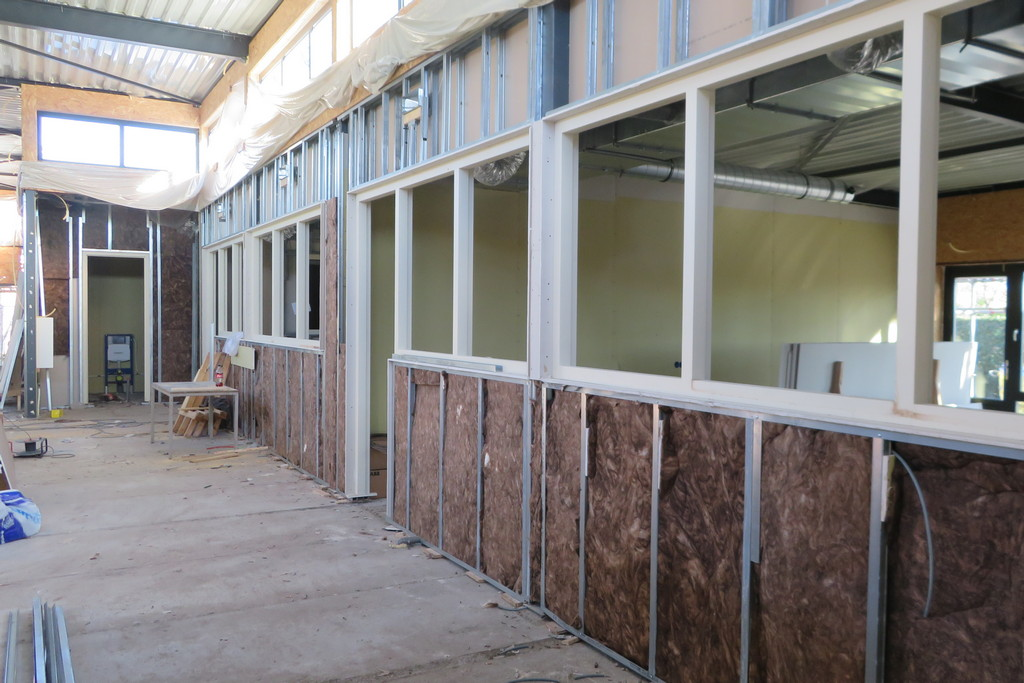 de binnenwanden zijn geplaatst en worden verder afgewerkt