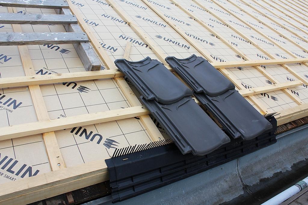 aanbrengen dakisolatie op het bestaande dakbeschot waardoor dit authentieke element aan de binnenzijde zichtbaar blijft (foto: Ron Wijdeveld)