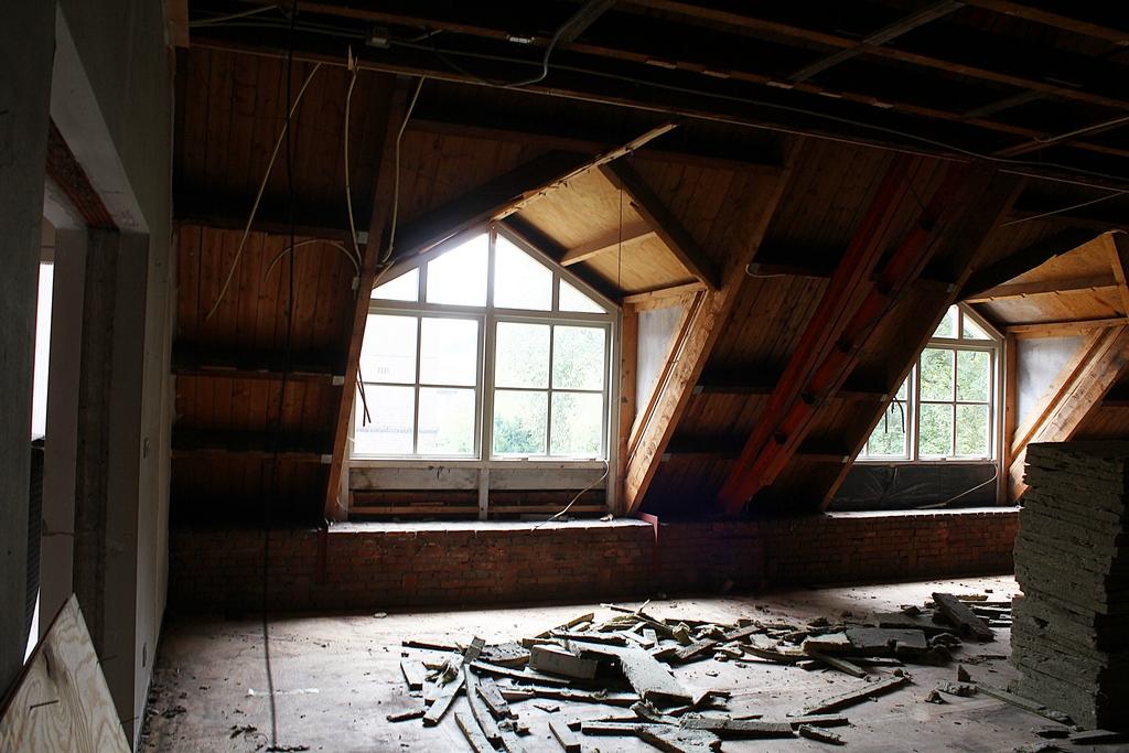 verwijderen alle oude plafonds (foto: Ron Wijdeveld)